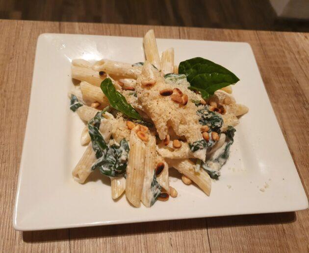 Těstoviny se špenátem a ricottou a piniovými oříšky