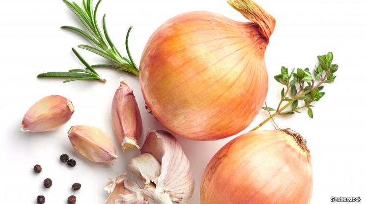 Jak správně skladovat cibuli a česnek