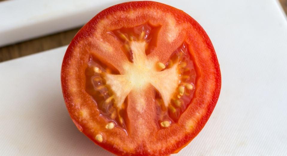 Do guacamole přidávejte rajčata bez semen.