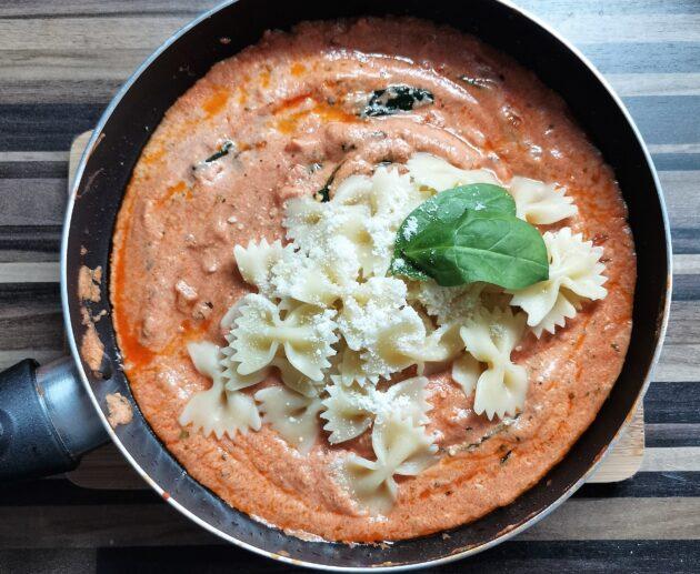 Těstoviny s rajčatovou omáčkou a ricottou