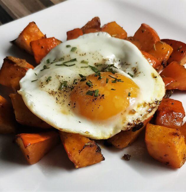 Pečená dýně s vejcem a bylinkami