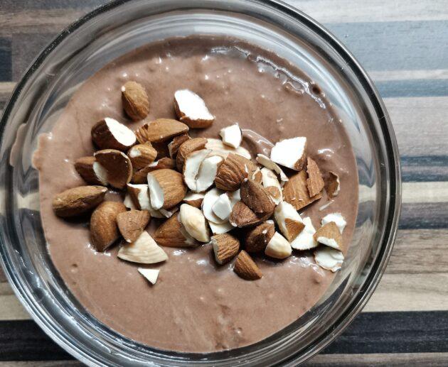 kakaová miska s ořechy a banánem