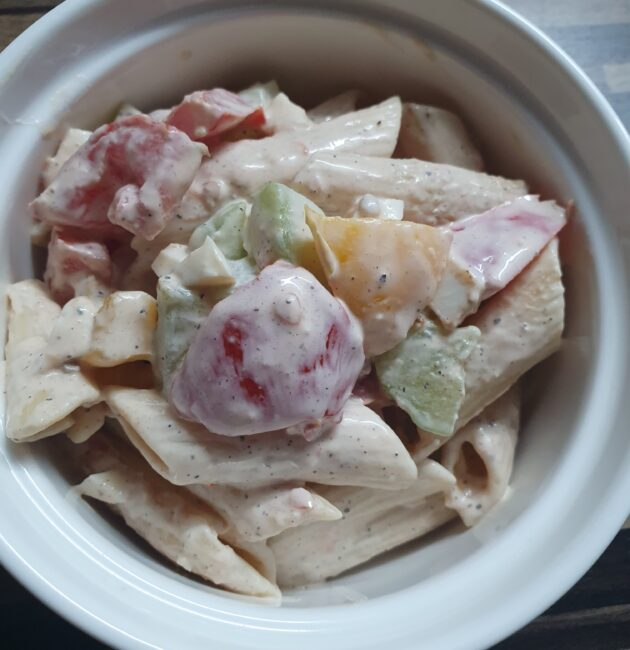 těstovinový salát z čerstvé zeleniny