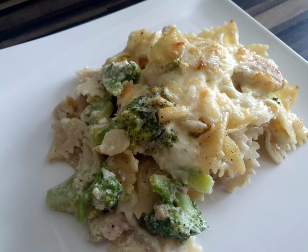 Zapečené těstoviny s kuřecím, brokolicí a smetanou