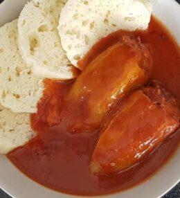 Zapečené plněné papriky s rajskou omáčkou